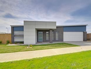 New Ultra modern living with theatre and al fresco - Traralgon