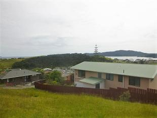 Location & Views - Coopers Beach