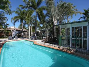 RENOVATED & FULLY AIR-CONDITIONED ENTERTAINERS HOME WITH POOL - Blacks Beach