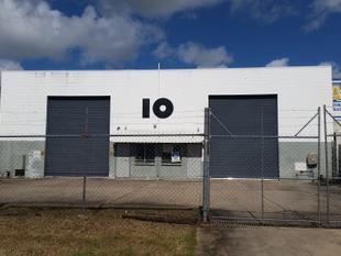 LARGE WAREHOUSE WITH SIGNAGE EXPOSURE TO MAIN ROAD - Cannonvale