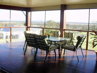 FAMILY SIZED DESIGNER HOME WITH MAGNIFICENT VIEWS.... - Kingaroy