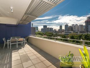 Penthouse with Views over Parkland and River - South Brisbane
