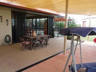 FOUR BEDROOMS WITH POOL - Etty Bay
