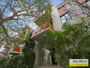 THIS TOWNHOUSE IS A RARE FIND FOR PRICE AND LOCATION!! - South Perth