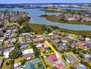 Family Home. 1330m2 Land. Water Views - Mt Wellington