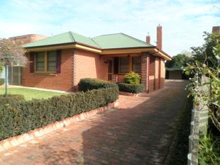 Traditional Red Brick home minutes from Town! - Turvey Park