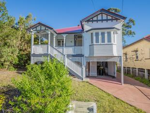 Picturesque Queenslander with Modern Twist - Annerley