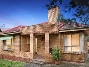 WELL LOCATED AND WITH ALL THE SPACE YOU NEED - Bentleigh East