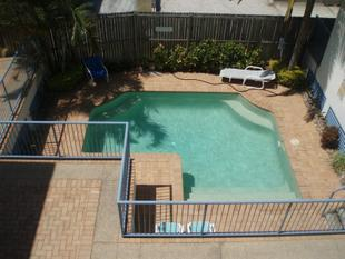 FULLY FURNISHED UNIT! ONE STREET FROM THE BROADWATER - Labrador
