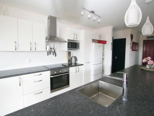 Superb Modern Living In A Quiet Cul-De-Sac! - Kingswell