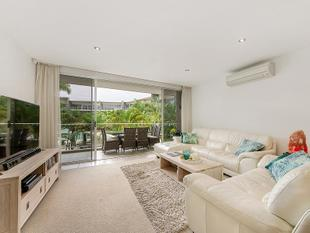 Stunning Executive Unit in the Sought After Azzura Greens! - Hope Island