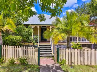 Beautiful three bedroom Queenslander with huge entertaining deck! - Albion