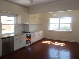 Bright and welcoming art deco two bedroom unit, minutes from the beach! - North Bondi