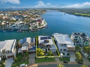 Enjoy The Enviable Sovereign Island Lifestyle In A Superb Waterfront Home - Sovereign Islands