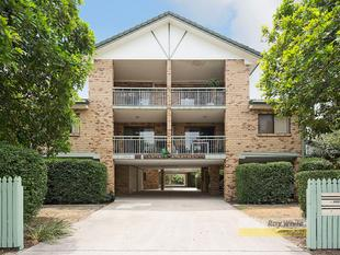 SIT BACK AND RELAX ON THE SPACIOUS BALCONY! - Clayfield