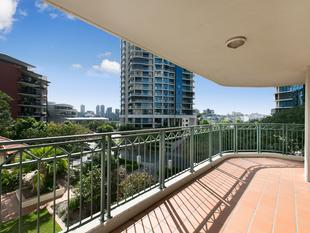 Prestige Spacious Three Bedroom Apartment with two side-by side car parks - Kangaroo Point