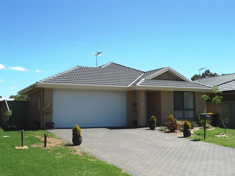 8 Garland Place Young Nsw Rental House For Rent