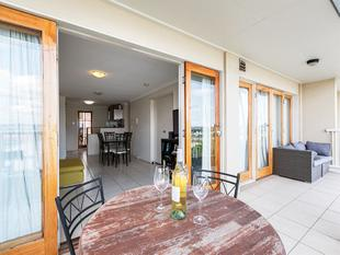 A Fabulous Air Conditioned Top Floor Apartment with Sweeping Views Across the Brisbane Suburban Skyline. - New Farm