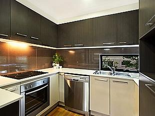 EXECUTIVE TOWNHOUSE WITH CITY VIEWS - Coorparoo