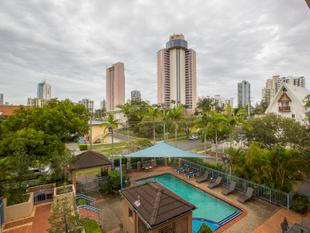 RENOVATED 2 BEDROOM APARTMENT- 2 CAR SPACES - WALK TO THE BEACH - Surfers Paradise
