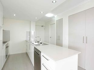VIEWS OF THE CITY....STUNNING APARTMENT....HEART OF COORPAROO..... - Coorparoo