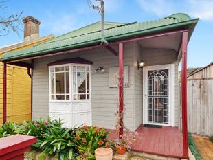 Free standing four bedroom home moments away from private park - Leichhardt