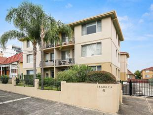 Views for miles from this spacious village-side apartment - Dulwich Hill