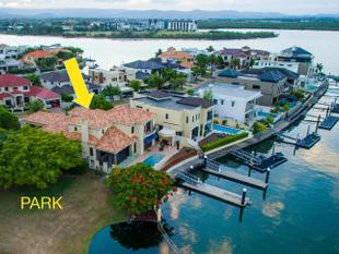 Grand North Facing Park Manor - large Block & Wide Canal - Sovereign Islands