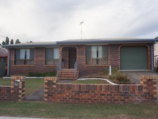 SPACIOUS LOW SET BRICK HOME, WALK  TO STATION 3BED, 1 BATH - Woodridge