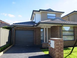 BRAND NEW RESIDENCE WITH OWN DRIVEWAY - Wheelers Hill