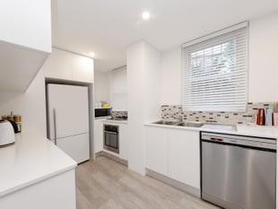 FULLY RENOVATED TWO BEDROOM UNIT IN ART DECO BLOCK! - Bellevue Hill