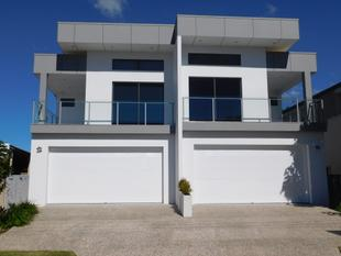 MODERN DUPLEX IN PRIME LOCATION - Paradise Point