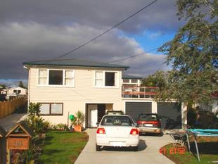Spacious 6 bedrooms family home with 2 bathroom - Te Atatu Peninsula