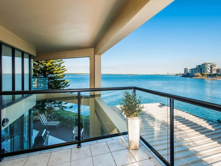 15 King Arthurs Court, Sovereign Islands, QLD