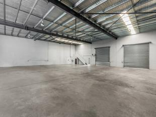 Large Hemmant warehouse with office - Hemmant