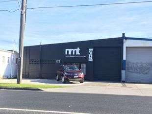 IMMACULATE WAREHOUSE / OFFICE WITH EXPOSURE - READY TO GO! - Moorabbin