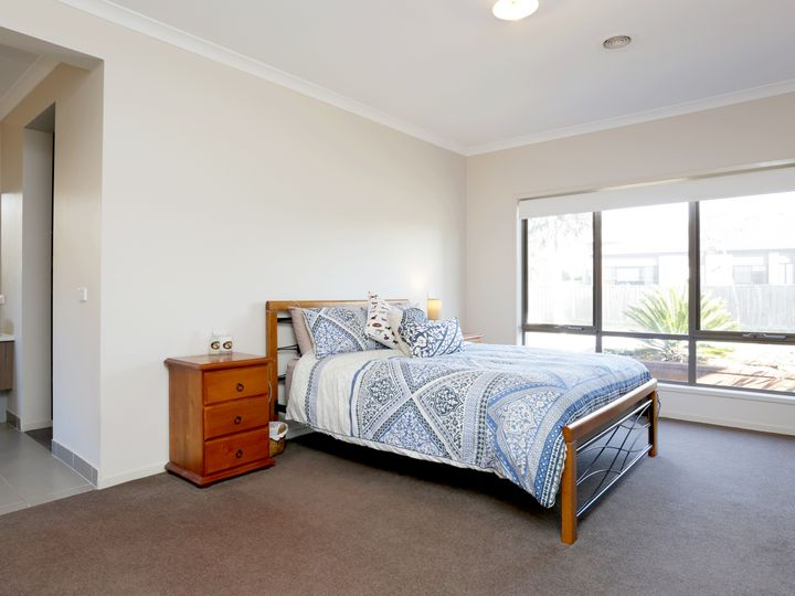21 Fieldwren Drive, Williams Landing, VIC