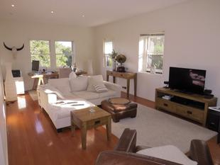 CHARMING OVER SIZED RENOVATED ART DECO APARTMENT WITH VIEWS - Neutral Bay