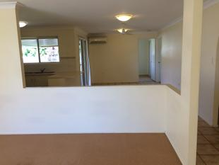 1 WEEKS FREE RENT! BRICK HOME WITH 2 LIVING AREAS AND COVERED PATIO - Gracemere