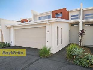Trendy Townhouse in Ultra-Convenient Locale! - Deception Bay