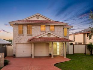 Immaculate Family Home, 1 km to Station, Side Access - Schofields