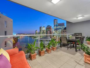 Stunning 31st floor three bedroom with side-by-side carparks! - Brisbane