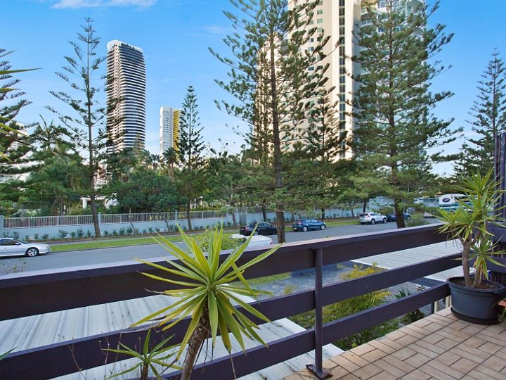 6 'Casino Waves' 8 George Avenue, Broadbeach, QLD
