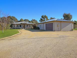 1 Acre - Home & Bungalow - 5 bay shed - Yarrawonga
