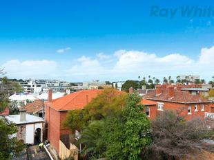 SUN SPLASHED LIVING IN A PERFECT LOCATION - St Kilda