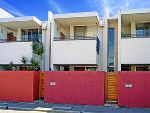 BEAUTIFUL, MODERN TOWNHOUSE- DOUBLE GARAGE + 2 EN SUITES - Adelaide