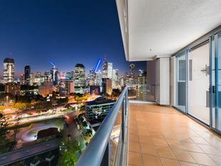 Prestigious Dockside Living with Full City and River Views - Kangaroo Point