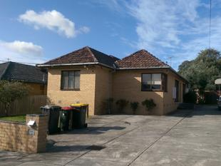 LARGE 4 BEDROOMS & 1 STUDY HOME - Freshly painted and polished floorboard - Chadstone