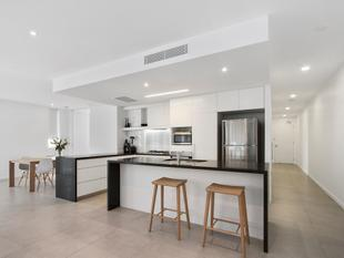 A STUNNING OVERSIZED 2 BED APARTMENT THAT PRESENTS LIKE NEW - Paradise Point