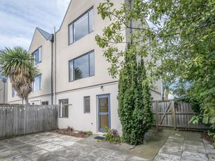 Well Presented 2 Level Townhouse - St Albans